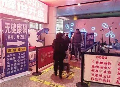 """呼和浩特白塔国际机场""""无码旅客专用通道"""" 每日为200名左右老年旅客提供便利通行"""