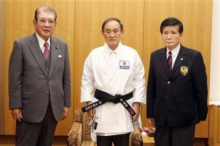 日媒:菅义伟被授予空手道名誉九段