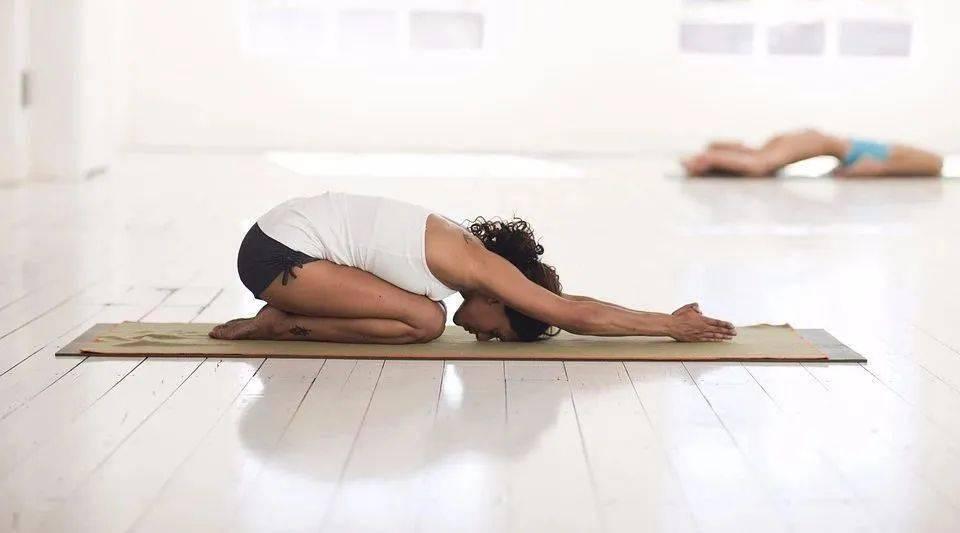 最伤腰的4件事情,你却每天在做!8个简单的瑜伽动作,保养你的腰椎!