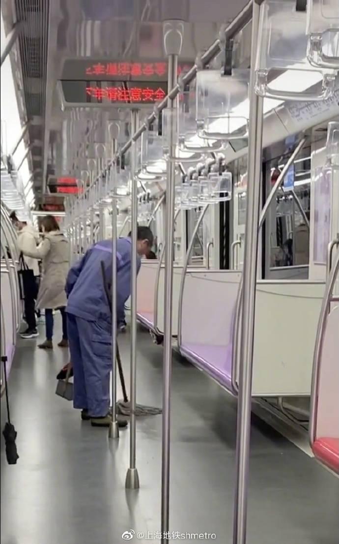 上海地铁通报清洁员用拖把擦座椅:约谈负责人,开展全面自查