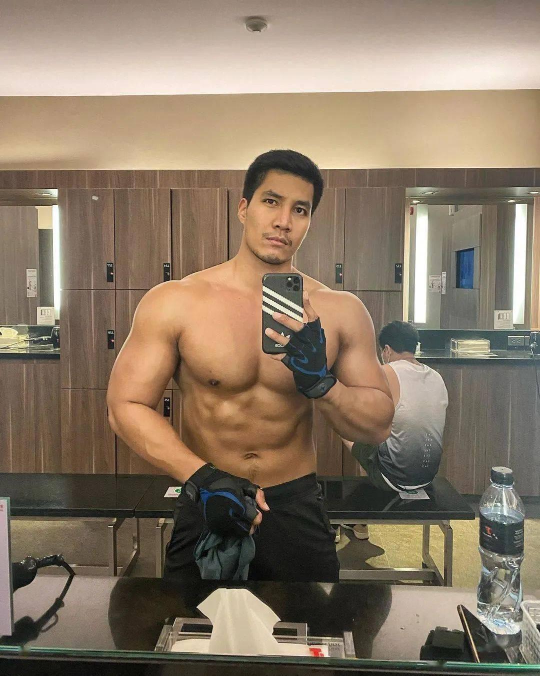男人练出一身肌肉,帅不帅,与年龄无关!
