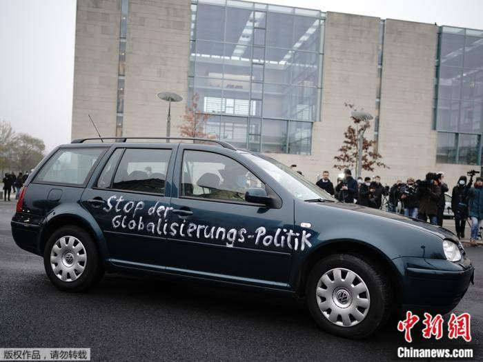外媒:德国总理府大门遭汽车撞击
