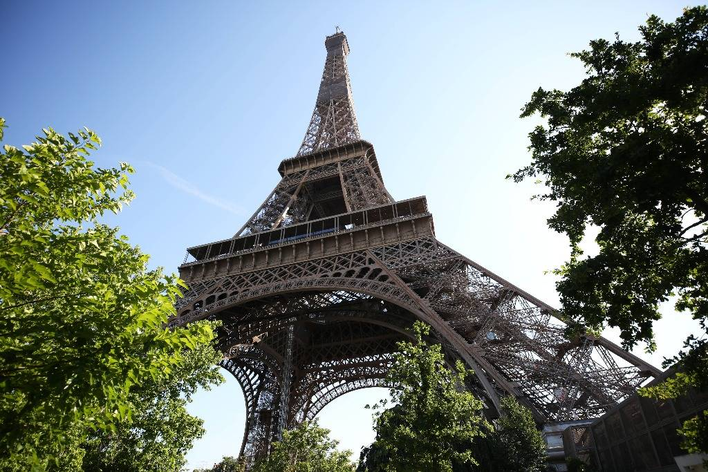 埃菲尔铁塔一段旧楼梯拍出近27.5万欧元