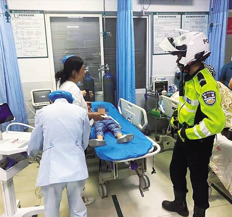 男孩被车撞伤 三亚交警护航送医