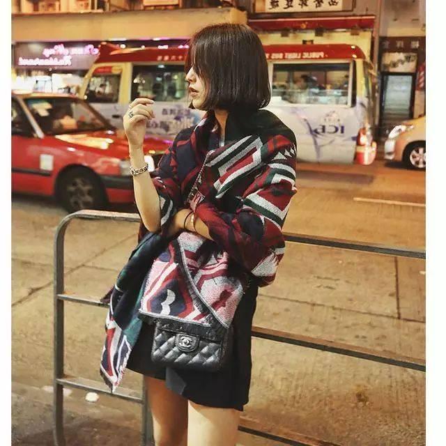 韩版加厚长款围巾   红色围巾作为mm衣橱的必备款,百搭又时尚,这款红色围巾没有过多的配饰,简约大方,大红色能够衬托mm们白皙的肤色,搭配黑色外套,帅气洒脱,搭配白色毛衣,气质优雅,多种围法,不同风格.
