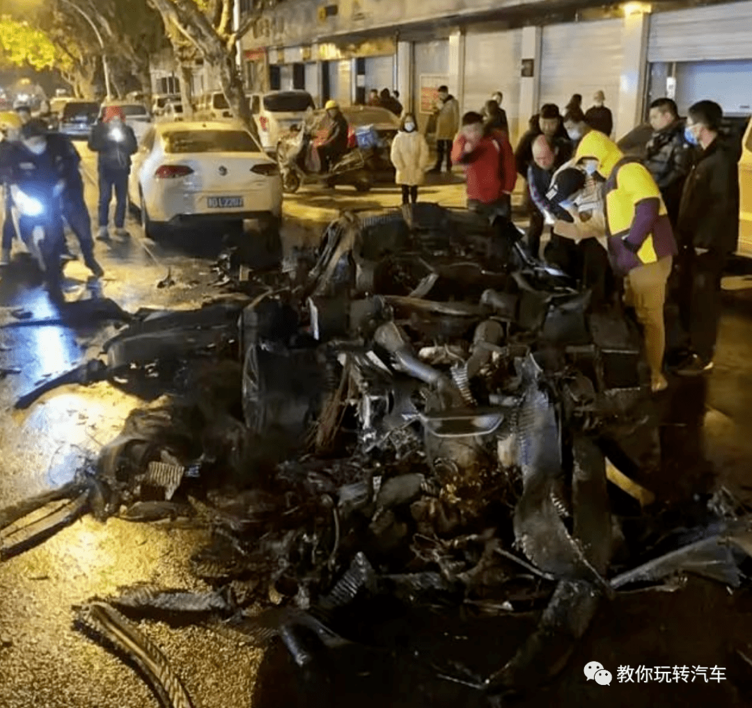 浙江义乌一辆2000万的迈凯轮P1无缘无故自燃。世界上有300个台湾,少了一个