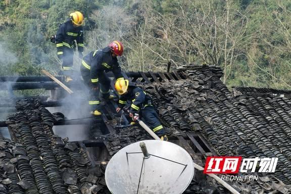 熏腊肉又惹了祸庆元消防安全爬房顶救火
