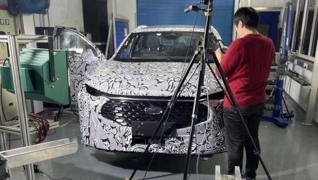 福特的新蒙迪欧间谍照片曝光将直接到达副驾驶员的直通式中央控制面板