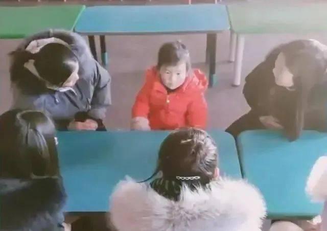 天太冷,幼儿园只来了一个娃!哈哈哈这场面,感动又不敢动