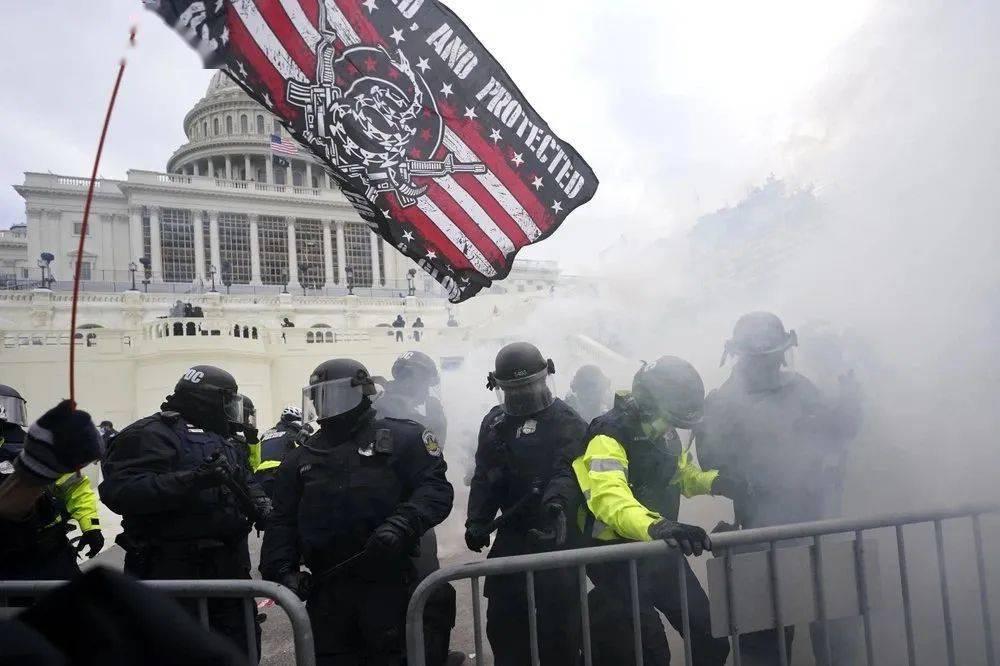 今日早报!一觉醒来,美国大乱!川普粉丝攻入美国国会 特工开枪!