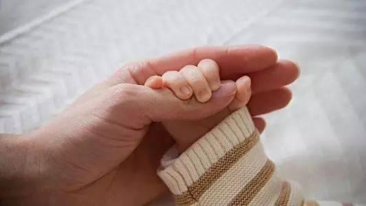 新妈妈第一课:不宜给婴儿戴手套