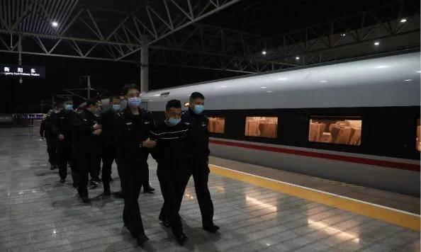 """铁路公安破获列车打牌""""杀猪""""诈骗案,抓获嫌犯63名!"""