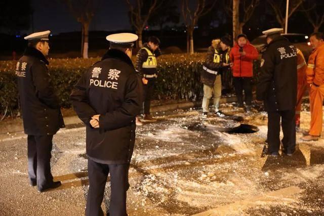 窨井渗水致浦东一路面结冰百米,浦东交警联合多部门及时排除隐患
