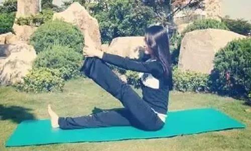 瑜伽双盘式,改善腰背酸痛,越炼越舒服,越练越漂亮~