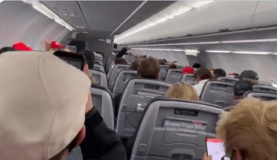 特朗普支持者戴小红帽在飞机上喊口号,机长:再叫把你们扔下去