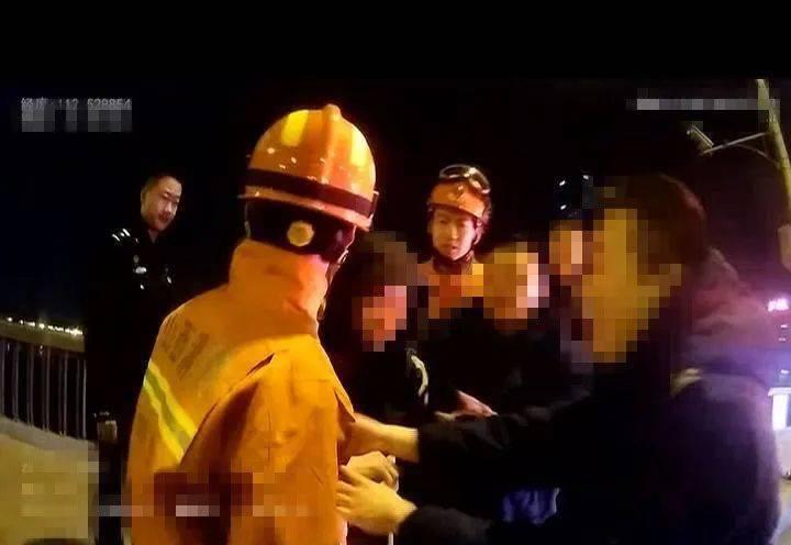 太原:夜深了~桥面护栏上有人在拉扯!警方回应:因情轻生!  第3张