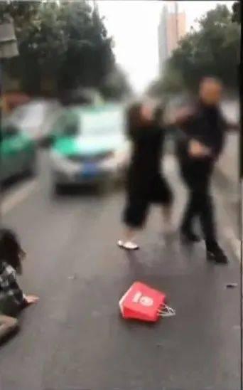 闹什么?!广东两靓女当街暴打的哥,从车里打到车外…