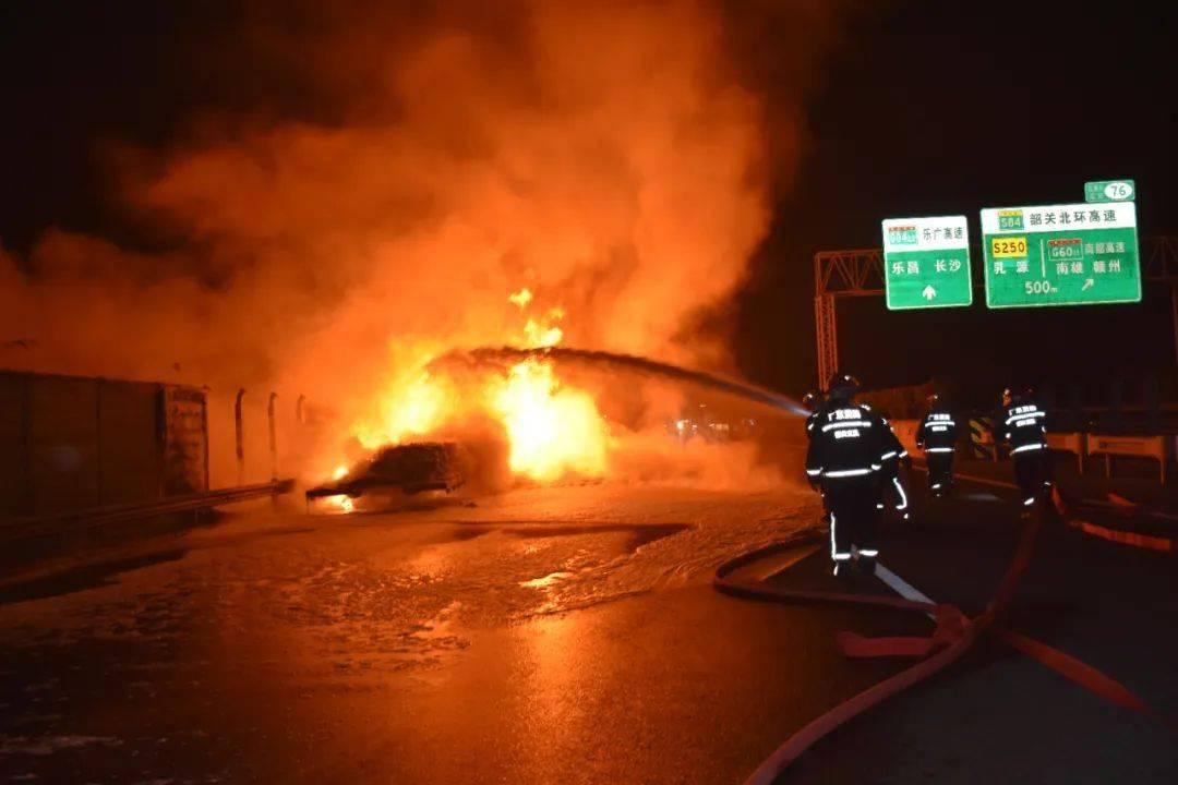 惊险!大型拖挂车高速路上自燃,火光冲天,幸好有他们...