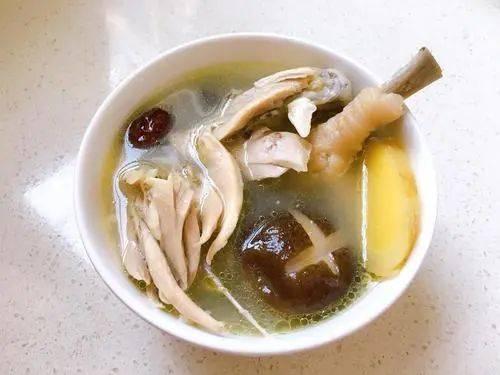 盐是鸡汤鲜美的关键,炖鸡汤时应该怎么加盐呢?