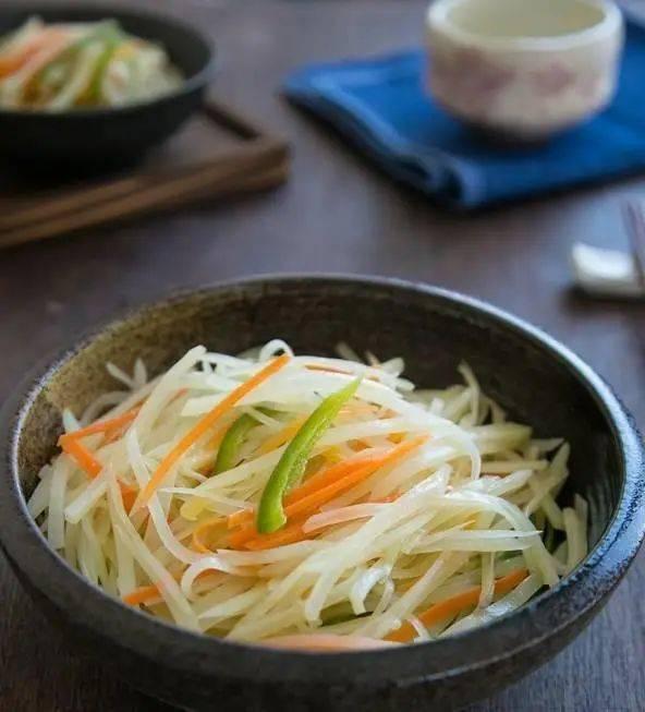 切蔬菜也有秘诀!教你切西红柿不流汁、切洋葱不流泪……
