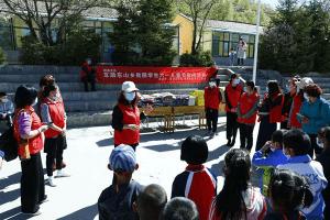 """青海省慈善义工协会与青海释美艾灸公益""""六一""""儿童节前联合下乡慰问儿童"""