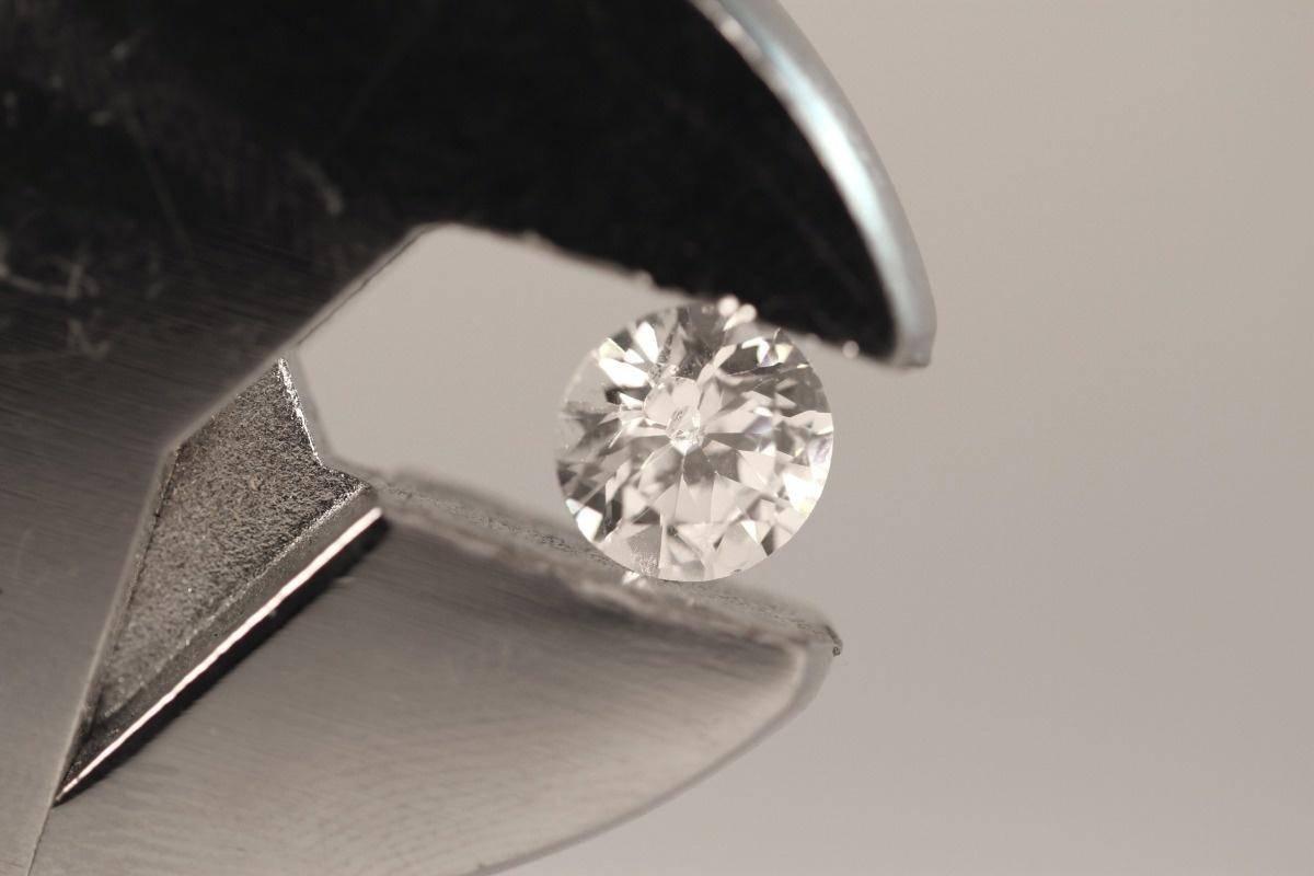 喜欢钻石就买钻石,喜欢合成珠宝就买魔星莫桑钻