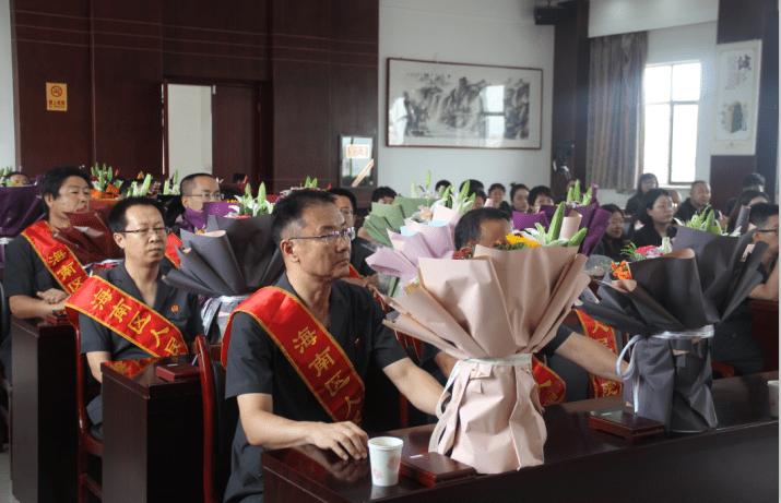 """海南区人民法院举行""""荣誉天平纪念章""""颁发仪式"""