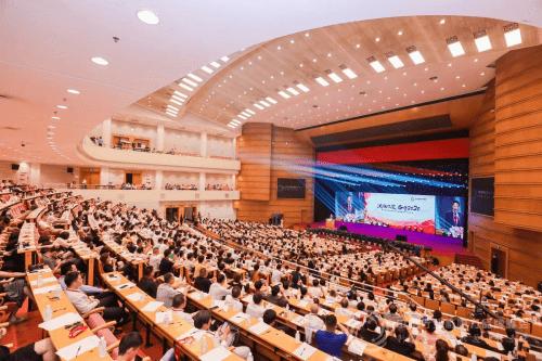 著名服装设计师朱哲灵亮相第七届中国行业影响力品牌峰会
