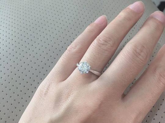 真正进口的莫桑钻跟钻石一样吗?戴起来不会被看出来尴尬吗?