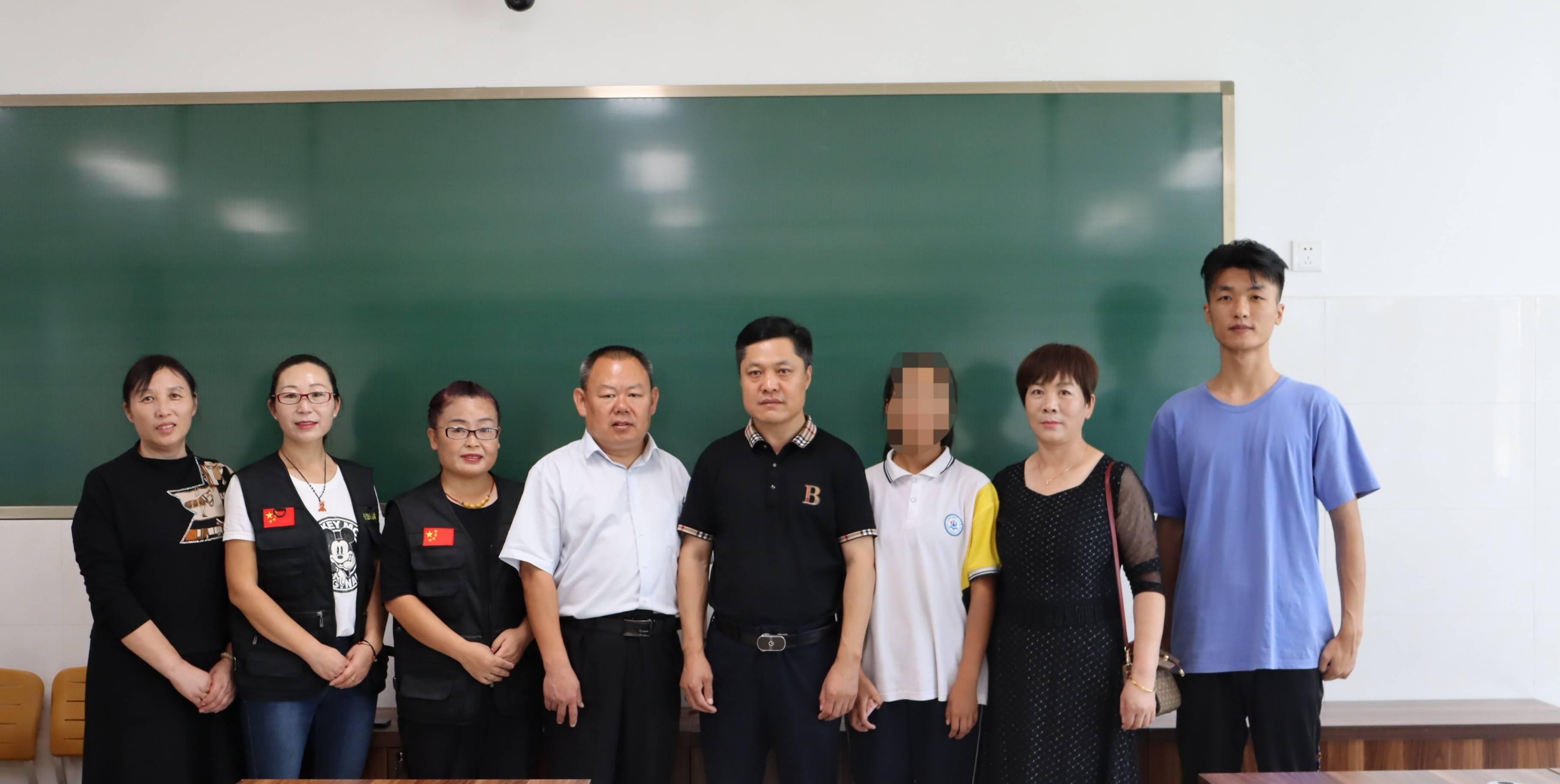 中国公益在线莒县工作站携手爱心人士走进二中为特困学子送爱心