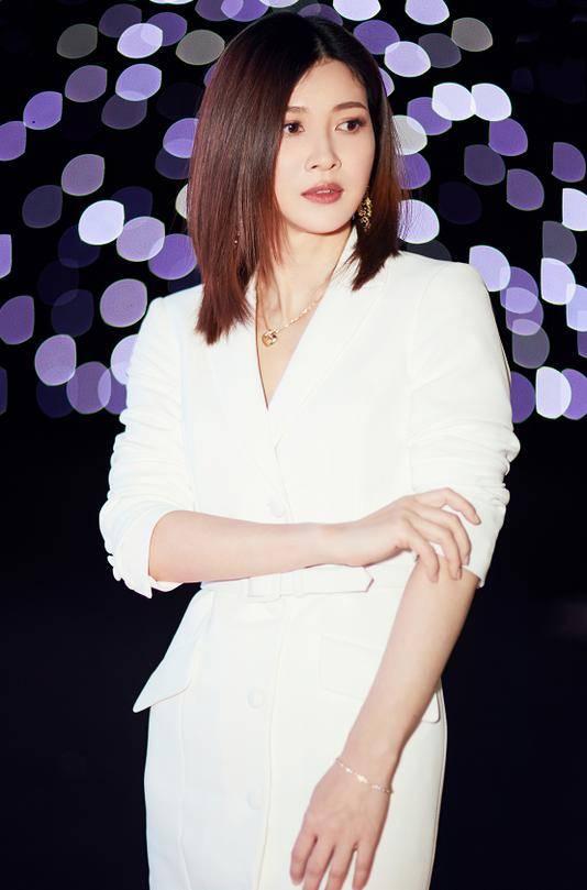40岁童蕾越来越时髦!穿白色西装裙又美又飒 大女人魅力真迷人