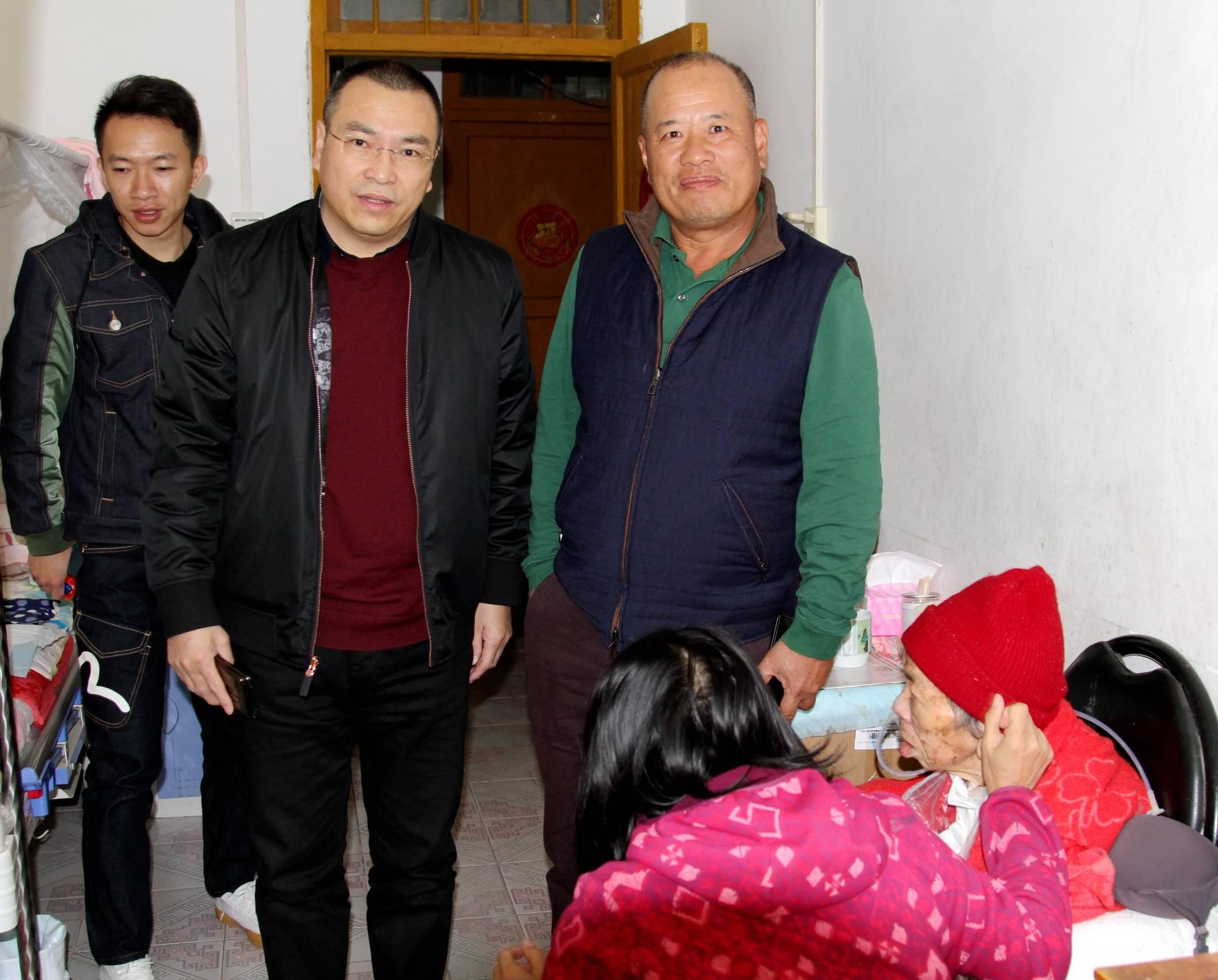南宁北海商会会长陈耀龙返乡看望88岁恩师