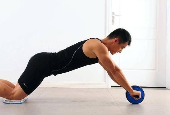健腹轮的正确使用(腹肌轮一天做多少合适)插图