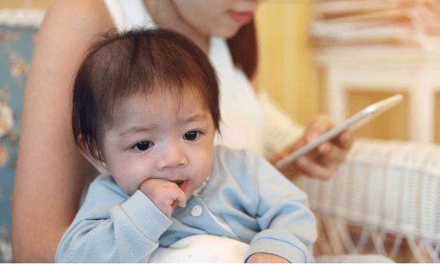 """宝宝总爱抢手机玩 是好奇心太重吗?孩子的""""小心思""""家长要了解-家庭网"""