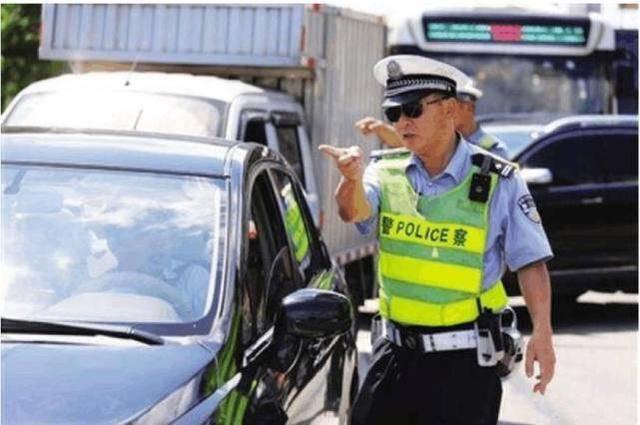 原交警提醒:高清摄像头电子警察正式上线,开车时拍头像