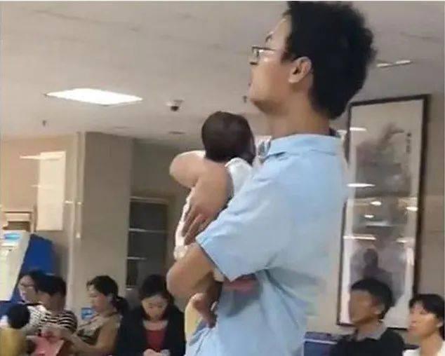 新手奶爸第一次抱娃,浑身上下都是戏,网友:太为难宝爸了