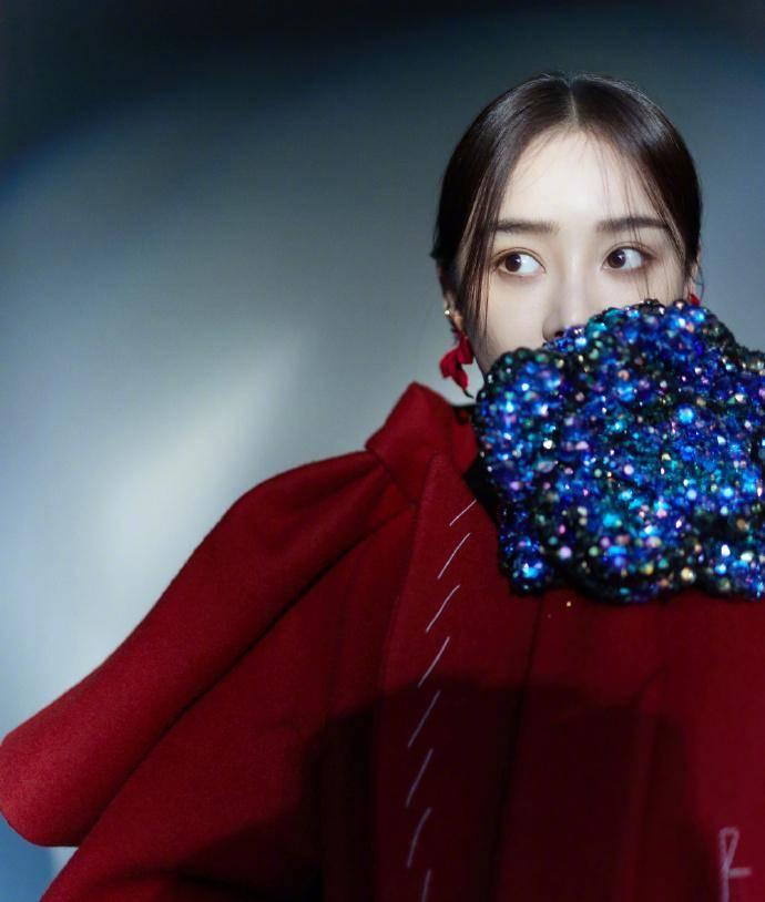 """最初的袁姗姗""""梦幻大片""""来了,渐变的糖纸连衣裙非常漂亮和富有表现力"""