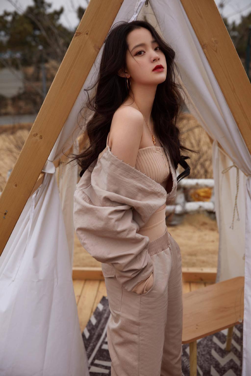 原欧阳娜娜新照片尽量性感,穿着随便,秀香肩,裸色色调温柔