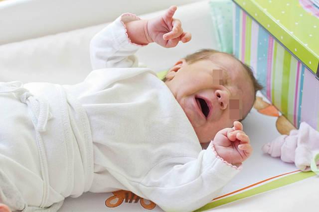 """妈妈一走就哭,是宝宝过度依赖吗?哭是对的,不哭才""""有问题"""""""