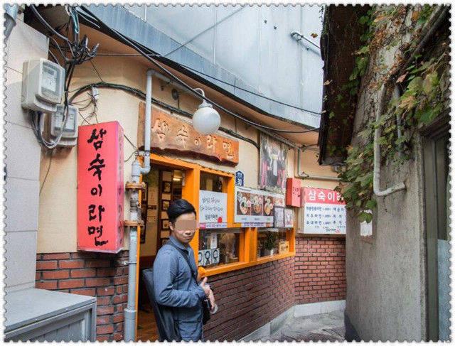 中国游客去韩国,看到花上停满了蝴蝶,导游提醒:不要伸手去抓