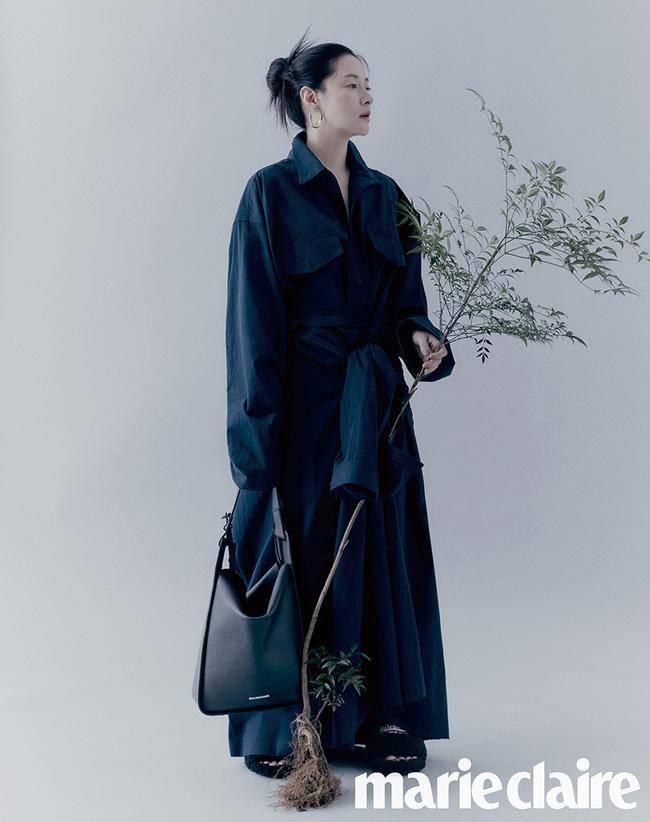 50岁李英爱太高级了,宽松造型穿出成熟从容,冷调下潮范十足