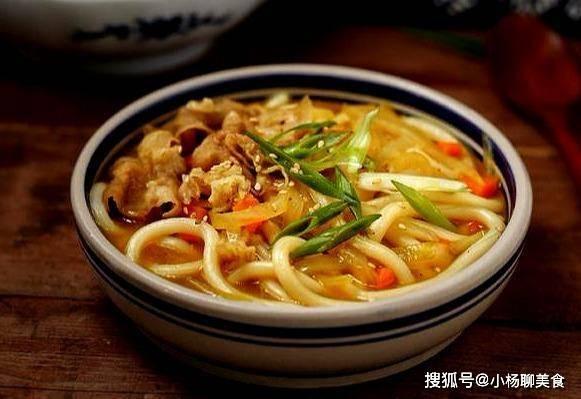 乌冬面怎样做才好吃,用上几样食材一锅煮,乌冬面香辣又美味
