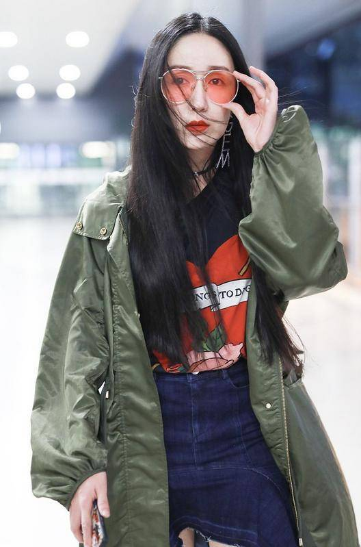"""娄艺潇厉害了,老土""""军大衣""""穿出满满潮范,红绿撞色大胆又娇艳"""
