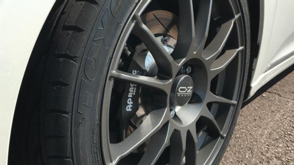 刚提的新车刹车盘就生锈了,难道是被人开过?