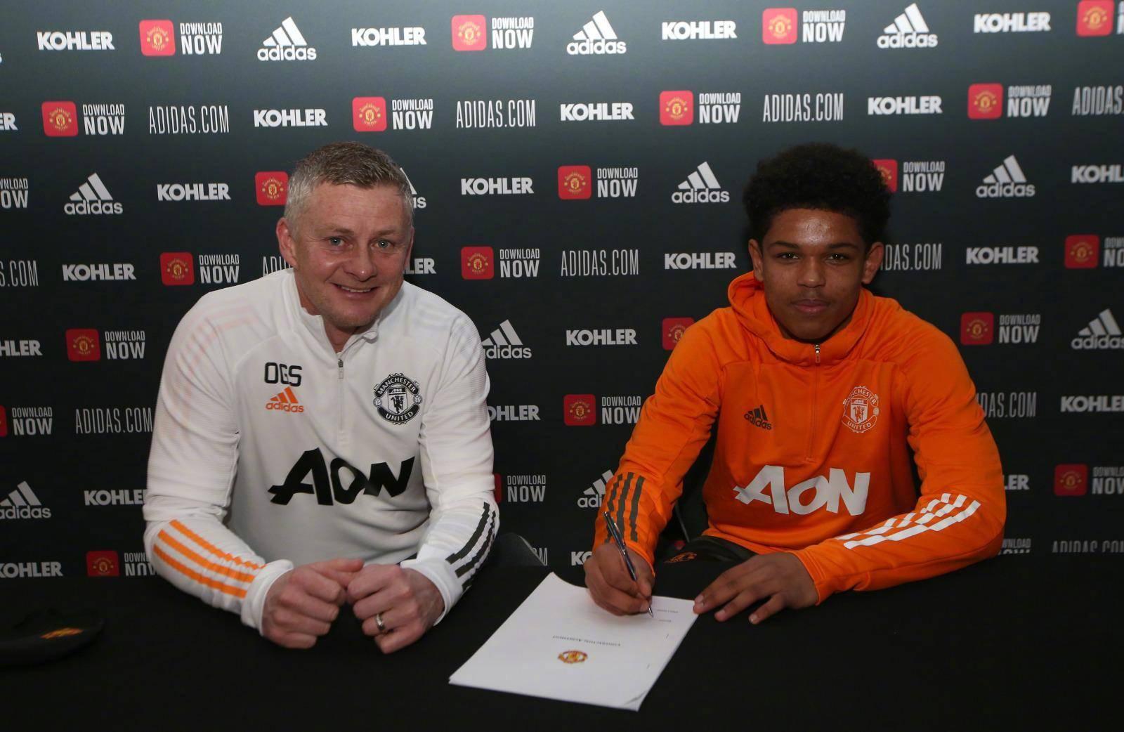 官方:曼联与17岁的肖拉-肖泰尔签下首份职业合同_青训