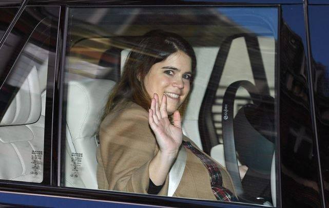 英国尤金妮公主产后第4天首次亮相!又胖了好多,恢复力不如凯特  第3张