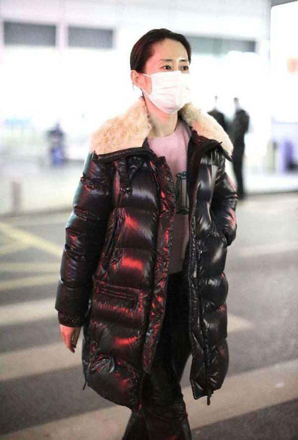 刘敏涛也太会穿了吧!羽绒服搭配粉色毛衣 温度风度一把抓 爸爸 第5张