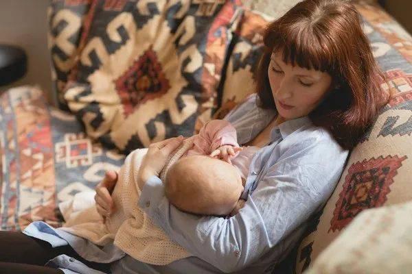 宝宝长出乳牙了,妈妈在喂奶时,如何避免自己被宝宝的乳牙咬伤?  第8张