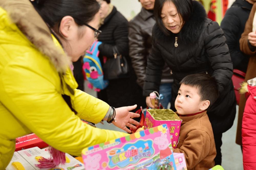 """幼儿园交换礼物,千元玩具却换回9块9包邮""""纸人"""",家长翻脸不干  第5张"""