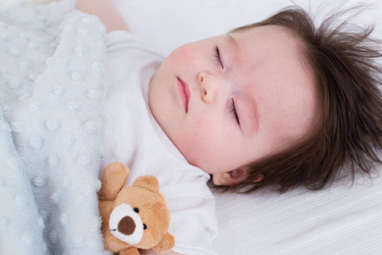 宝宝睡觉不老实,满床打滚扭来扭去是为何?说明你的养育存在问题  第6张